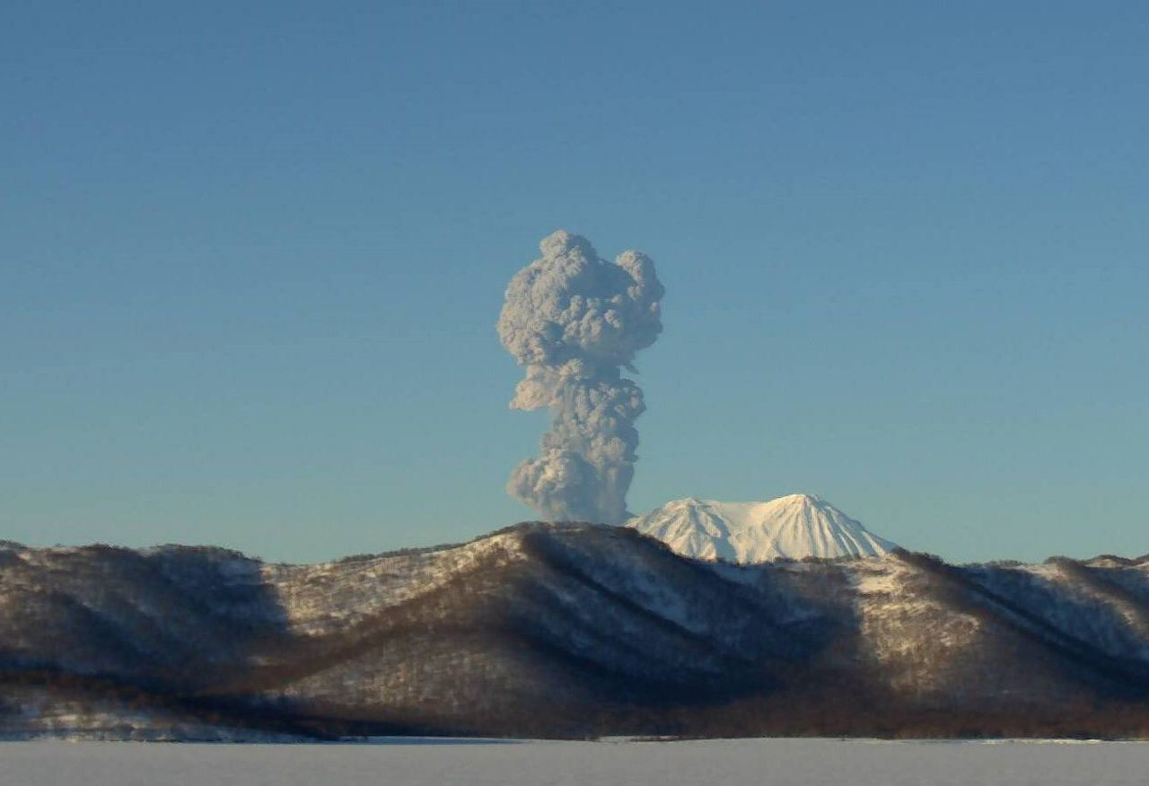Eruptive column of the Zhupanovsky 01/19/2016 -. Videodata from KBGS RAS / via Olga Girina