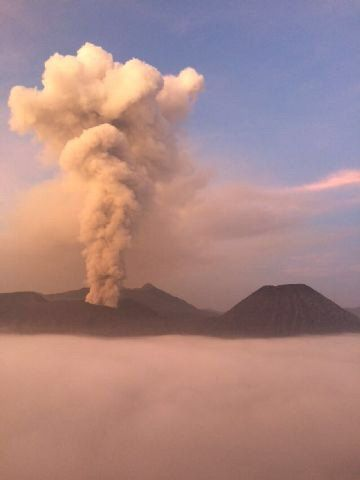 Bromo - emission on 01.20.2016 / 5:14 loc of a white plume less laden in ash - photo via Twitter LKAdam