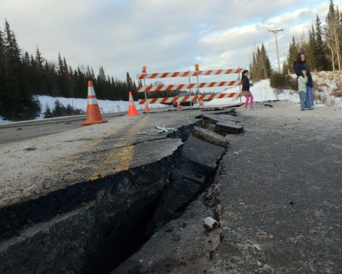 Séisme du 24.01.2016 - dégats à le route vers Kalifornsky beach, au sud de Kenai  - photo Alaska dispatch news