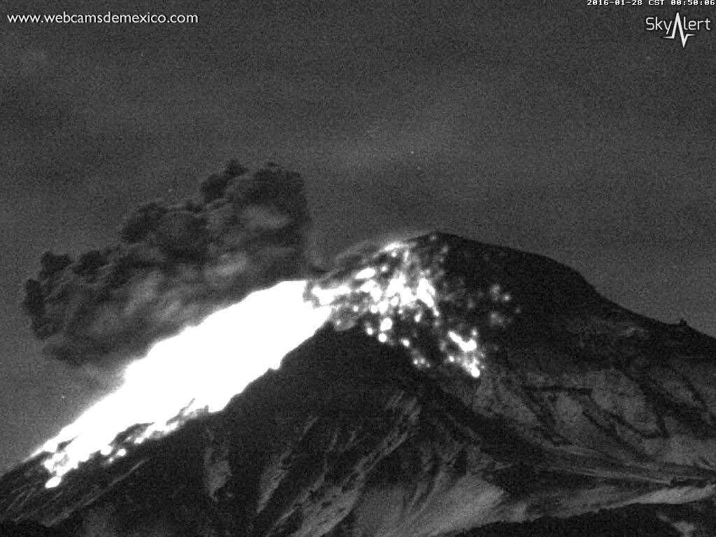 Popocatépetl ce 28.01.2016 / 00h49 loc. - expulsion de fragments incandescents - webcamsdemexico / Sky Alert
