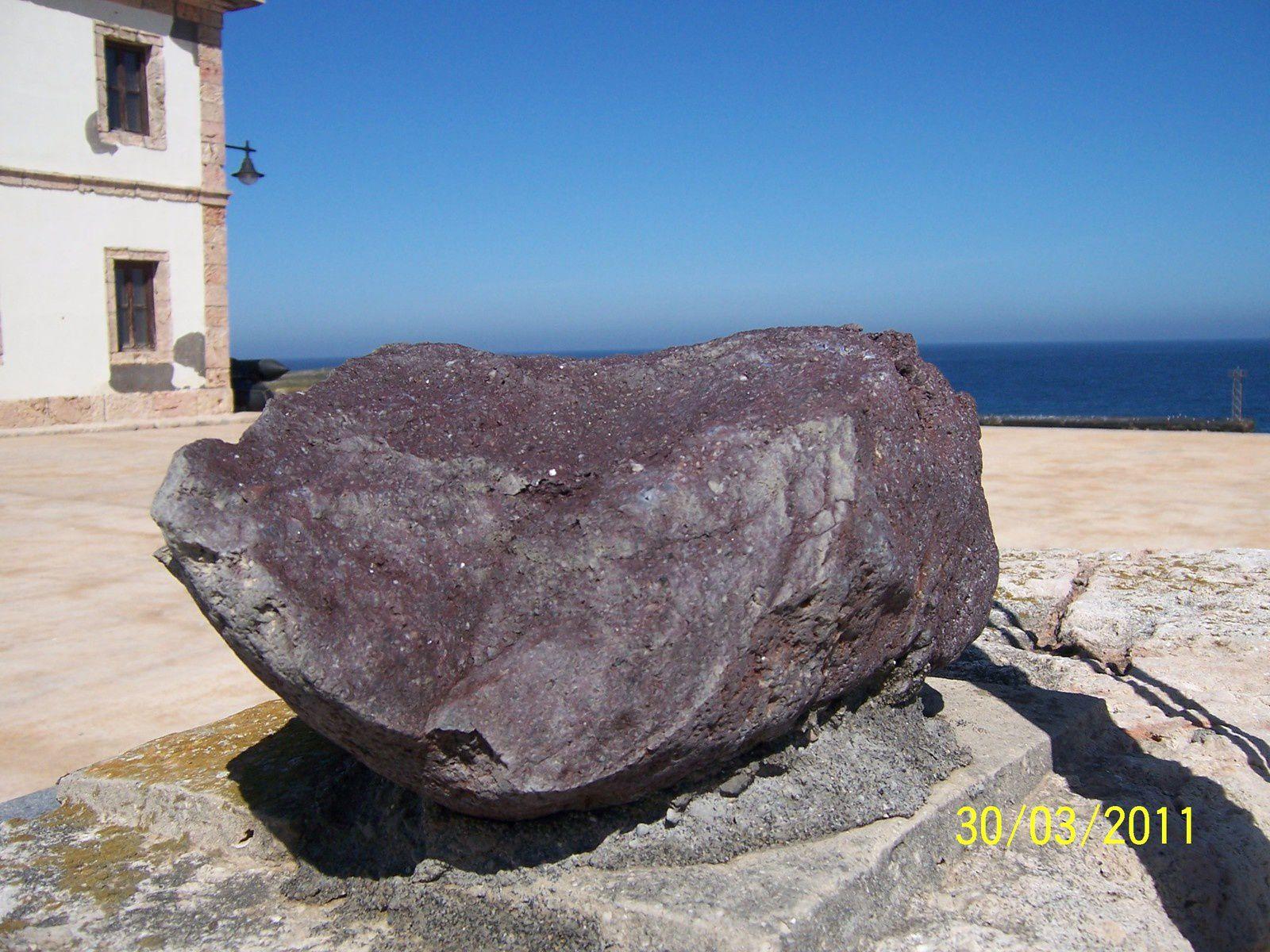 L'île Alborán - blocs d'andésite ou de basalto-andésite visibles dans les sections de la falaises - Photo: D. Moreno.