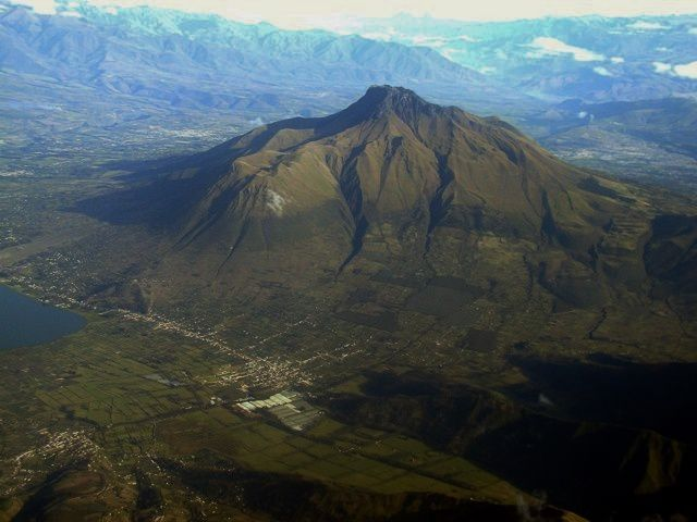It is isolated and eccentric eastward relative to the Andean volcanic axis. Built on a foundation of sedimentary rocks of the Cretaceous, it produced rocks whose composition differs from that of the volcanic chain: phonolite, basanite, téphrite.  His last activity dates back to 1895 ± 30 years, based on historical observations.  Its flyby in January showed no surface activity, and thermal images show no abnormality. From left to right, the city of San Pablo del Lago, on the shores of Laguna de San Pablo and the Imbabura and huarmi the summit, Taita Imbabura - photo Patricio Ramon / IGEPN