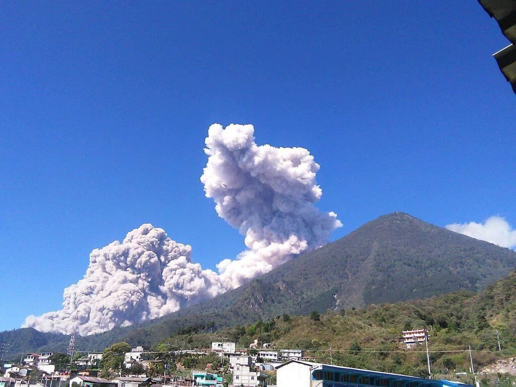Santiaguito - 02/05/2016 pyroclastic flow from Zunil - photo Erik Colop 100 / via Twitter