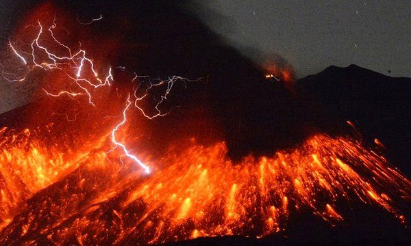 Sakurajima - 02/05/2016 - explosion and ash plume traveled by lightning - video excerpt