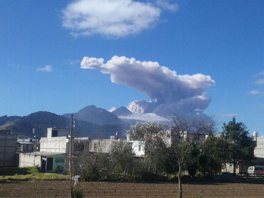 Santiaguito - 02/05/2016 - The plume of the explosion extends on the volcano and a large area southwest - photo La Prensa Libre