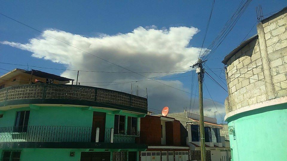 Santiaguito - deux différentes explosions du 074.002.2016 - photos Conred