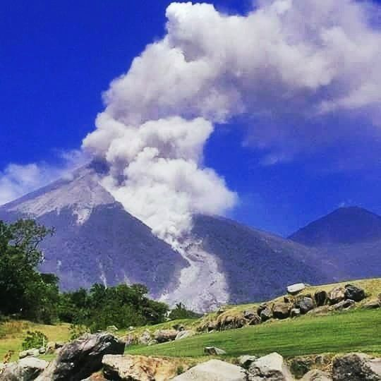 Fuego - small pyroclastic flow from 02.10.2016 - photo Gino Gonzlez-llama / Twitter