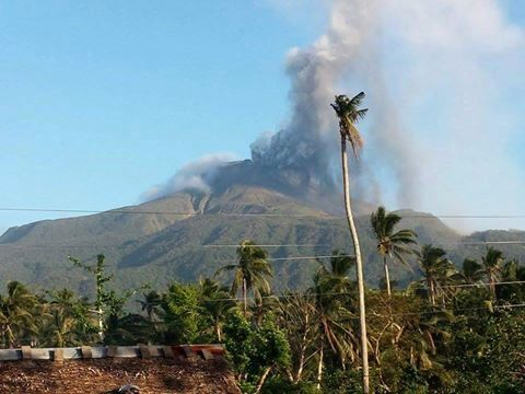 Bulusan - start of the phreatic eruption of 02.22.2016 - photo Thoni Huang / Twitter