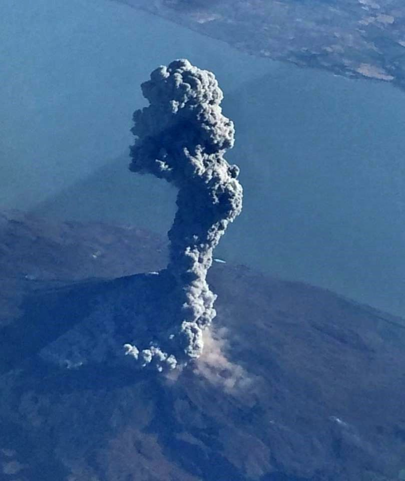 Momotombo and lake Managua - the eruptive plume of February 23 - photo R. Doolittle / Twitter