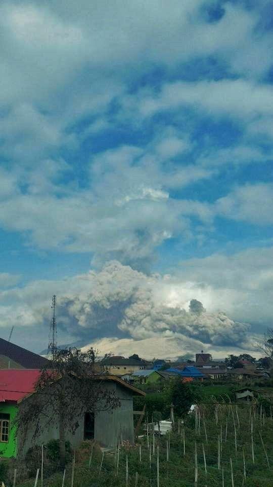 Sinabung - panache et coulée pyroclastique sur 3 km.- 26.02.2016 / 8h53 - photo L.K.Adam / Twitter