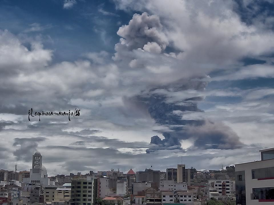 Tungurahua - plume of the explosion seen from Ambato - photo Jose Luis Espinosa-Naranjo on 02.26.2016 / 12:45