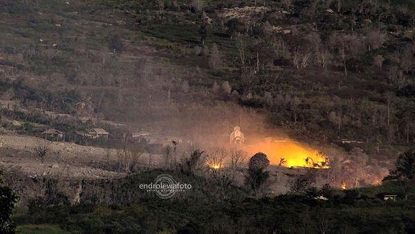 Sinabung - 26.02.2016 /  23h08 Maison en feu dans le village abandonné de Sinacem, après une coulée pyroclastique. - photo EndrolewaFire burned homes at the abandoned village Simacem after PF occured