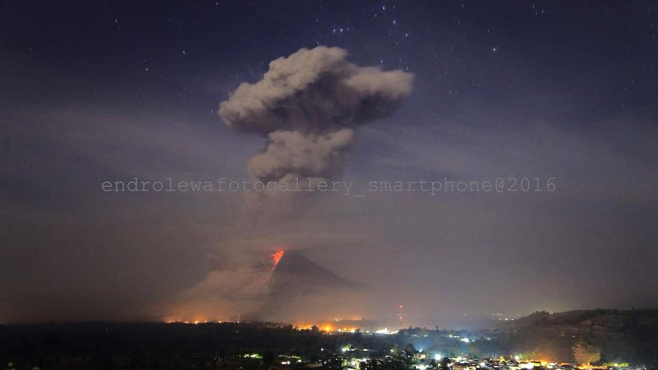 Sinabung le 28.02.2016 , respectivement à 0h03 / Photo Endrolewa smartphone, et 7h50 loc./ photo PVMBG