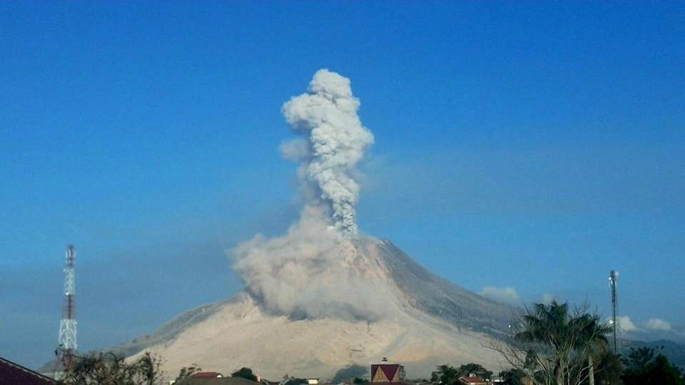Sinabung on 02/28/2016, respectively at 0h03 loc. / Photo Endrolewa smartphone and 7:50 loc./ picture PVMBG
