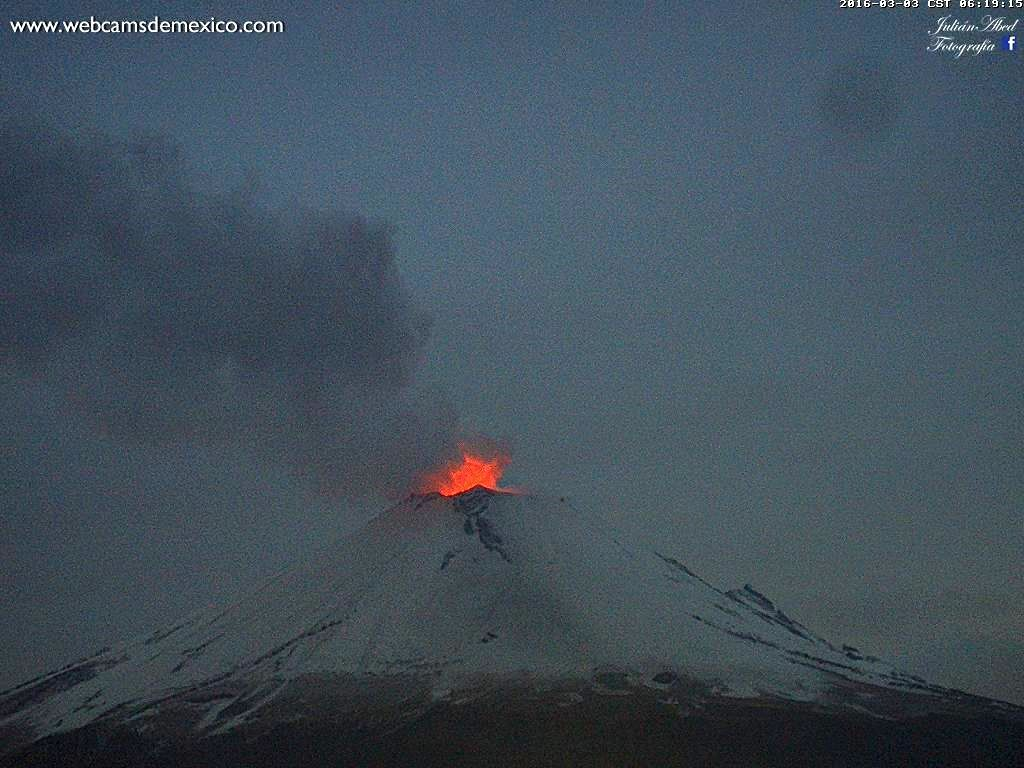 Popocatépetl - 03/03/2016 - glow at 6:19 and ash plume at 6:55 local time - Photos webcamsdeMexico