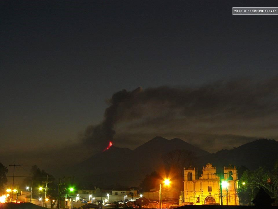 The Fuego in activity on 1.2.2016 seen from Guatemala City - photo Pedro Ruiz Reyes via Clima Guatemala / Twitter