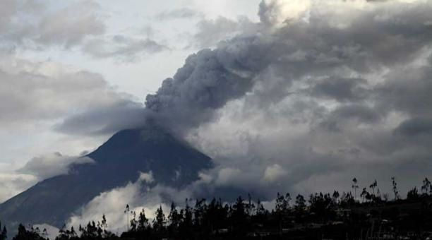 Tungurahua - 02.03.2016 the ash plume in the day - photo Glenda Giacometti - El Comercio