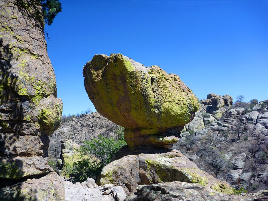 "Chiricahua National Monument - "" Balanced boulder"" recouvert de lichen vert , sur l'Echo Canyon Trail - photo American Southwest"
