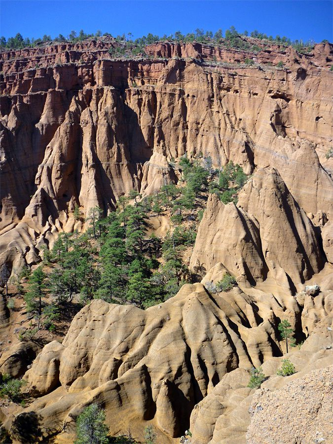 Red Mountain - views of the amphitheater and the pinnacles and boulders along the western walls - pictures Americansouthwest