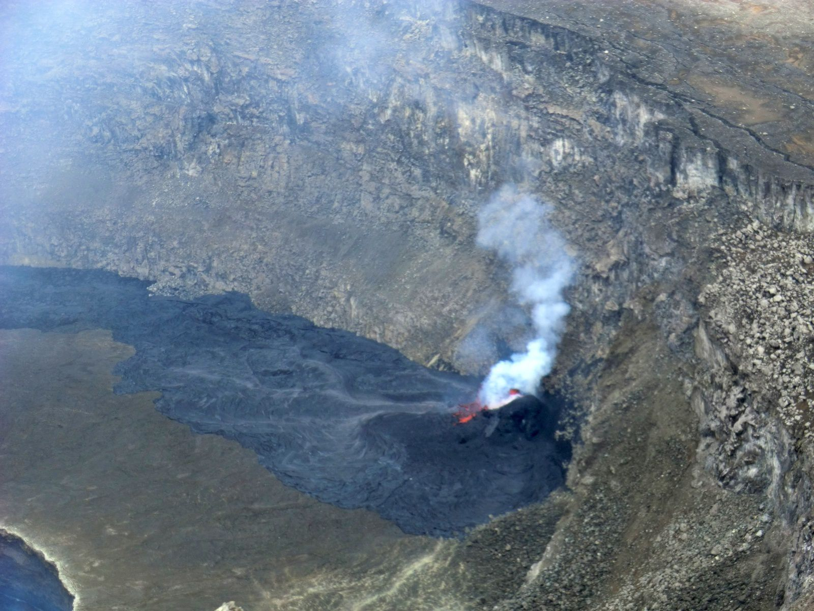 Nyiragongo - 01/03/2016 - Details on the active spatter cone and recent lava flows - photo OVG Goma