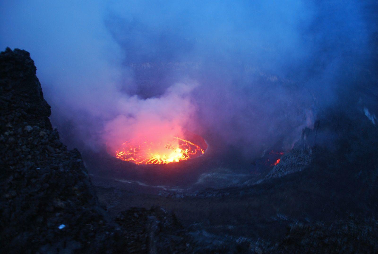 Nyiragongo - 01.03.2016 - ouverture d'un évent sur la partie Est de la terrasse (à droite du lac de lave) - photos OVG Goma - un clic pour agrandir.