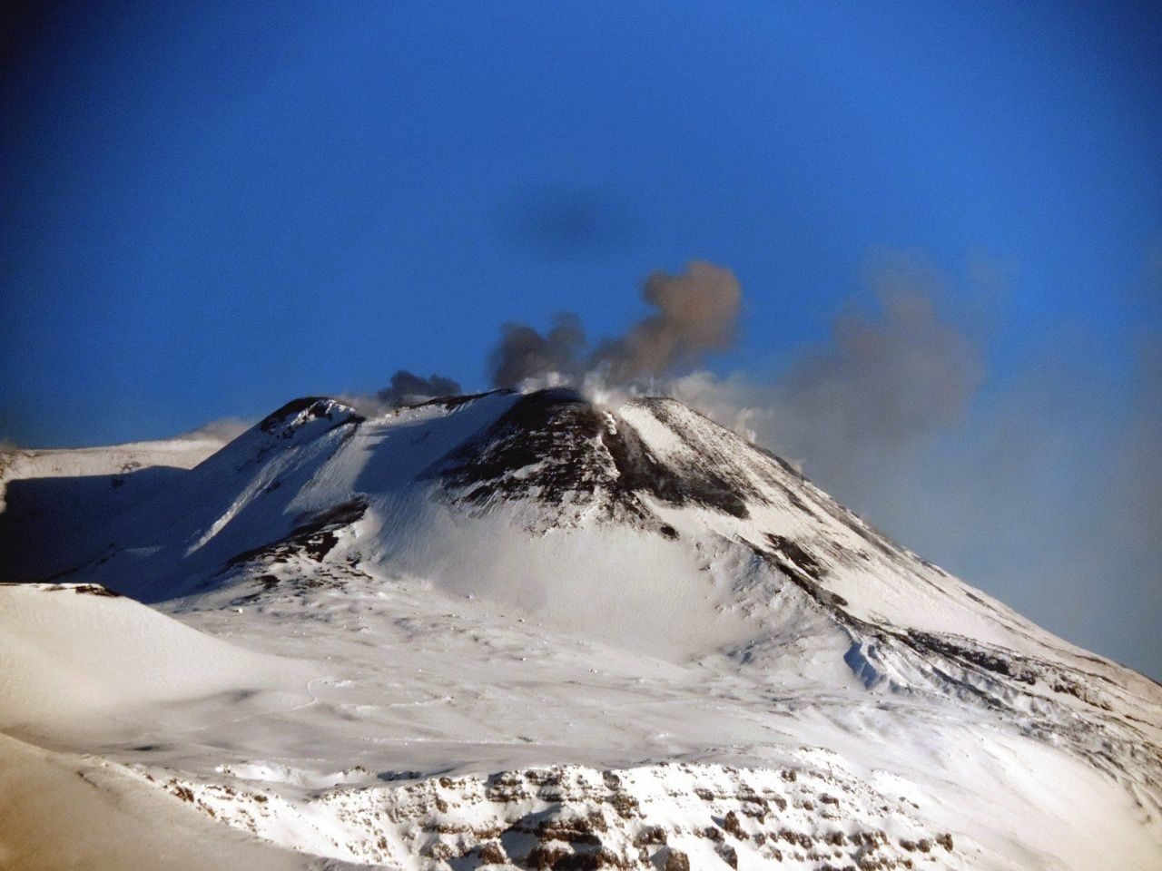 Etna - 17.03.2016 - bouffées de cendres du NEC - photo Boris Behncke / FB