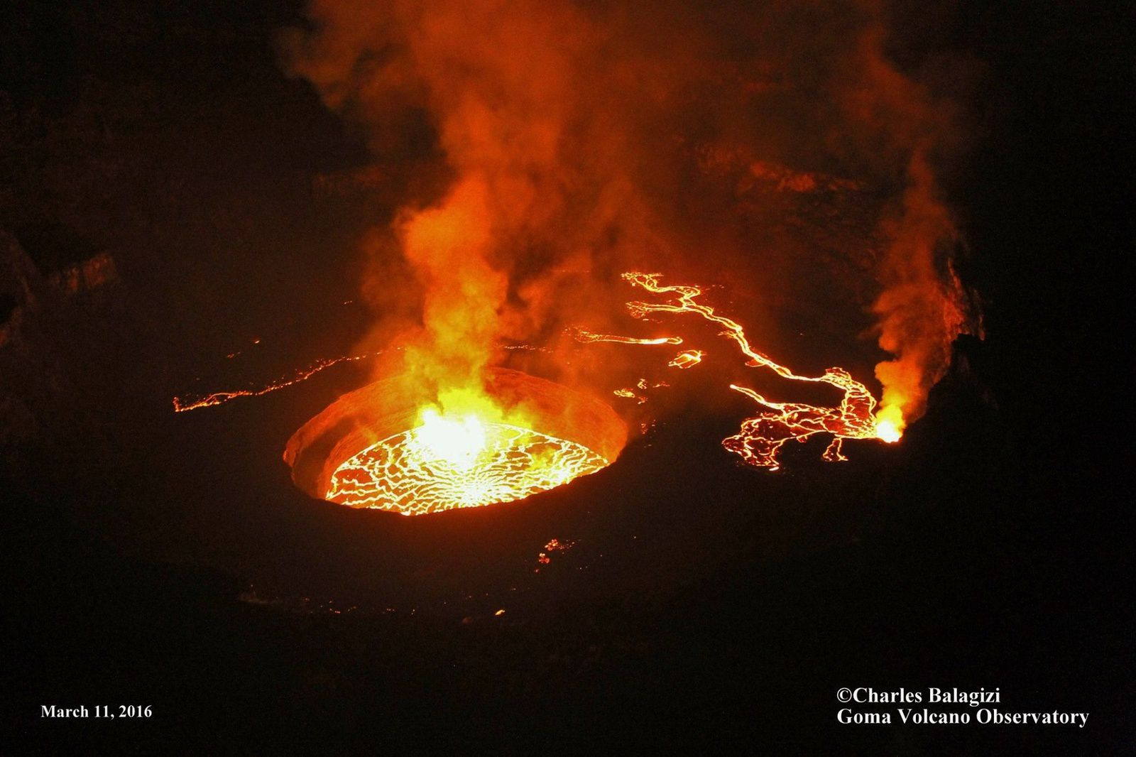 Nyiragongo - two active wells on 11/03/2016 - and lava flows of the secondary wells on the 3rd platform - photo Charles Balagizi / OVG