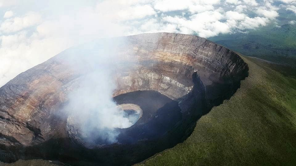 Nyiragongo - aerial view of the crater 11/03/2016 with gaseous emanations from the two wells - photo Instagram / yano_bwk