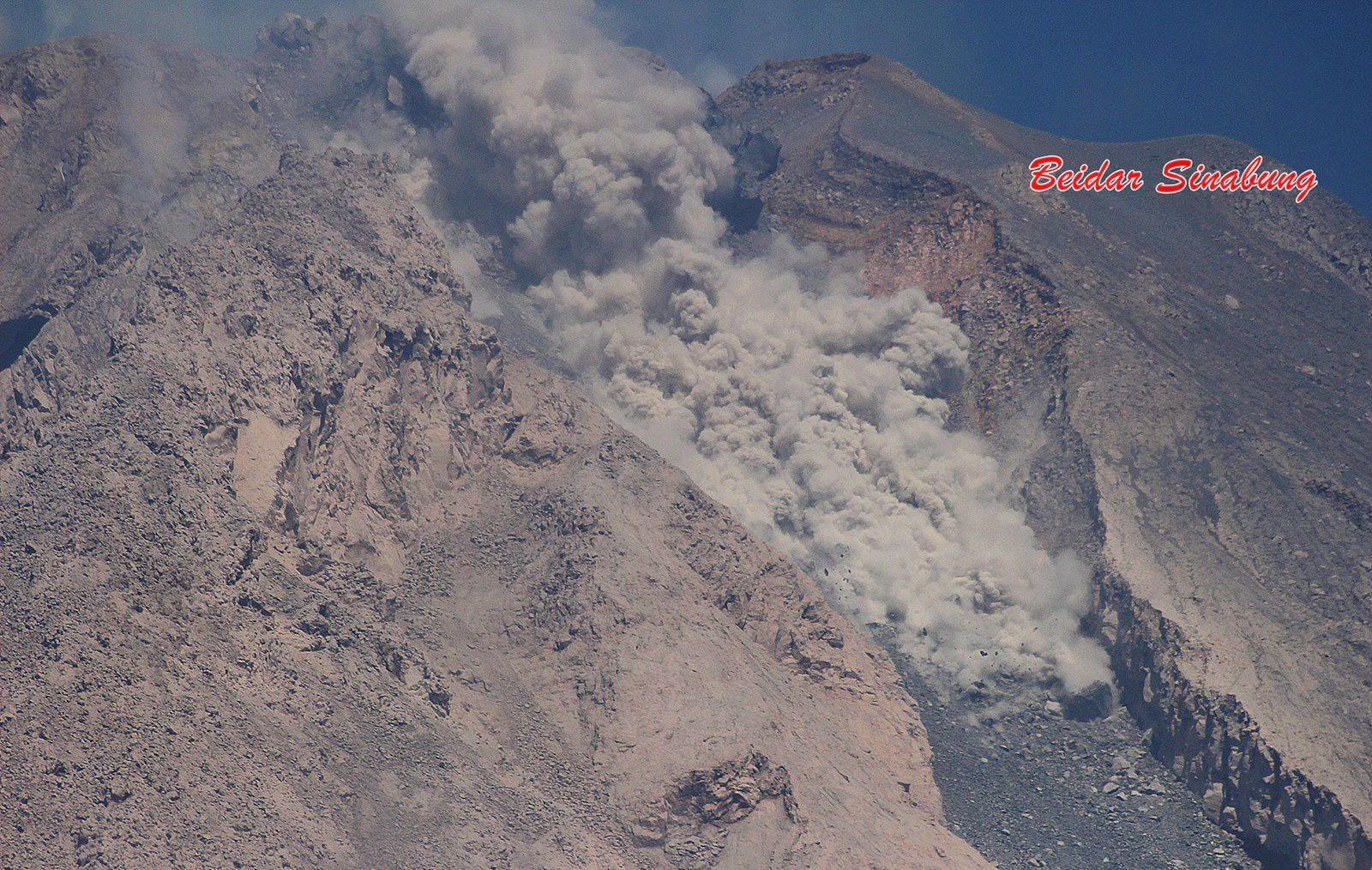 Sinabung - 03.19.2016 / 10:22 Pyroclastic flow channeled from the top