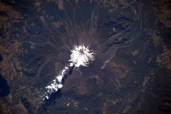 Villarica - a train of fumarolian emissions - 03/04/2016 - Doc. Nasa