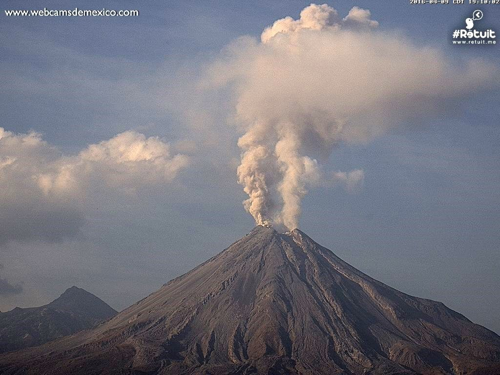 Colima - 04.09.2016 / 7:10 p.m. - double vertical ash plume - photo webcamsdeMexico