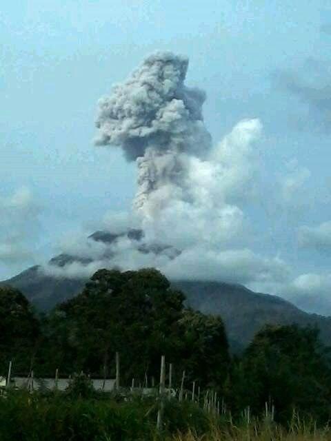 Sinabung - 12.04.2016 / 17h12 - photo Sandri Sukatendel via Beidar Sinabung