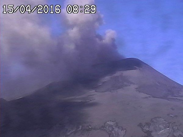 Etna - émission de cendres au NEC / Nord-Est crater le 15.04.2016 / 8h29 - photo  RS7