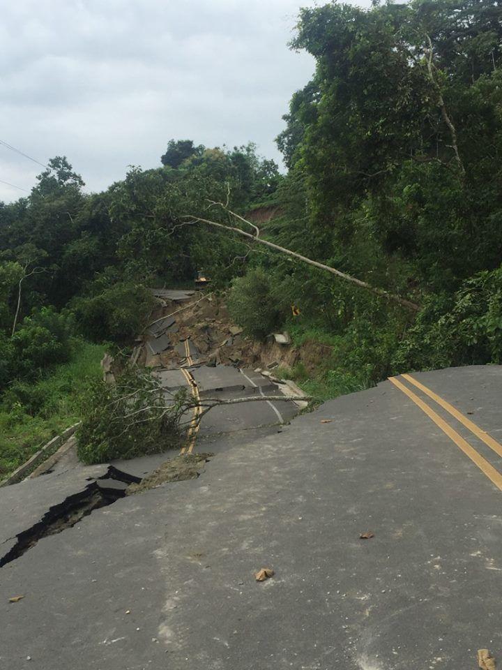 Equateur - dégâts aux infrastructures routières aux environs de San Isidro - photo 2016.04.20  Front Row EC revue via  José Luis Espinosa-Naranjo