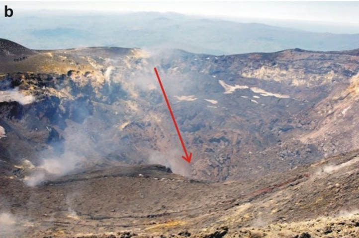 Bocca Nuova Etna - the red arrow indicates the collapse - doc INGV Catania