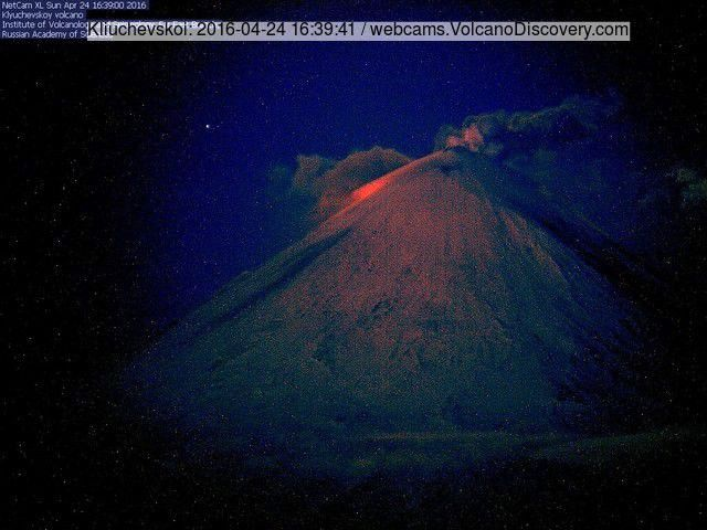 Klyuchevskoy - 04.24.2016 / 4:39 p.m. - strombolian activity and lava effusion - via webcam VolcanoDiscovery