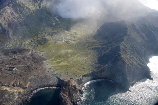 White Island - crater and around covered with greenish ashes after the explosion of 04.27.2016 - photo Geonet