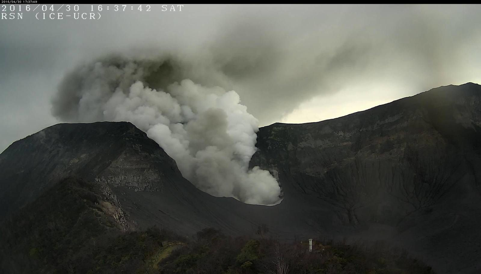 Turrialba - emissions 30.04.2016 / 4:37 pm - RSN webcam