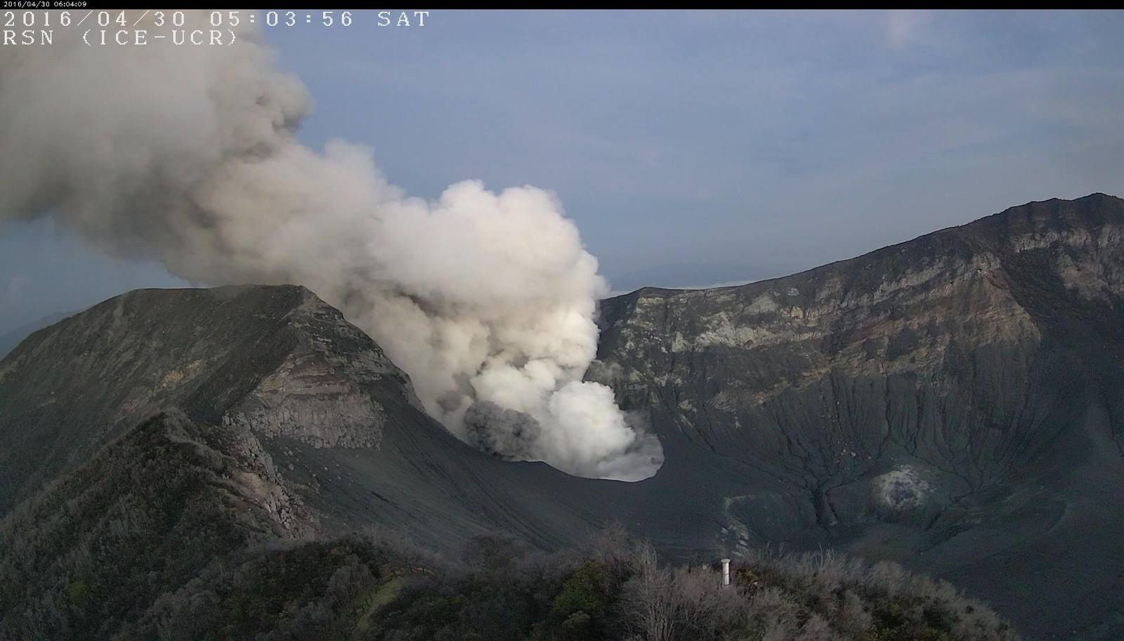 Turrialba - emissions 30.04.2016 / 5:03 - RSN webcam