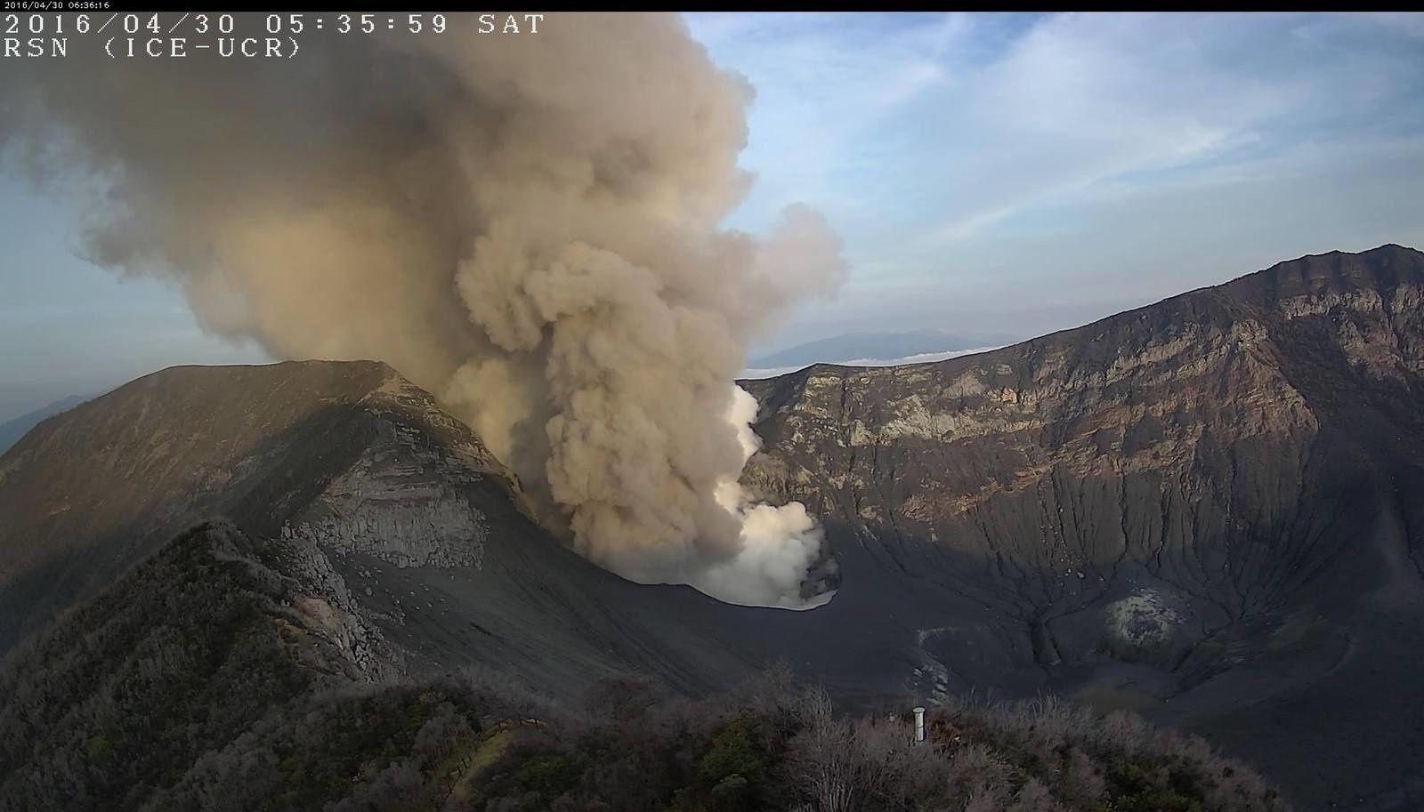 Turrialba - émissions du 30.04.2016 / 5h35 - webcam RSN