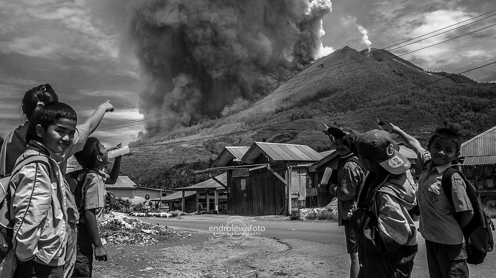 Sinabung - 02.05.2016 - l'éruption vue par des écoliers de l'autre versant - photo Endrolewa.