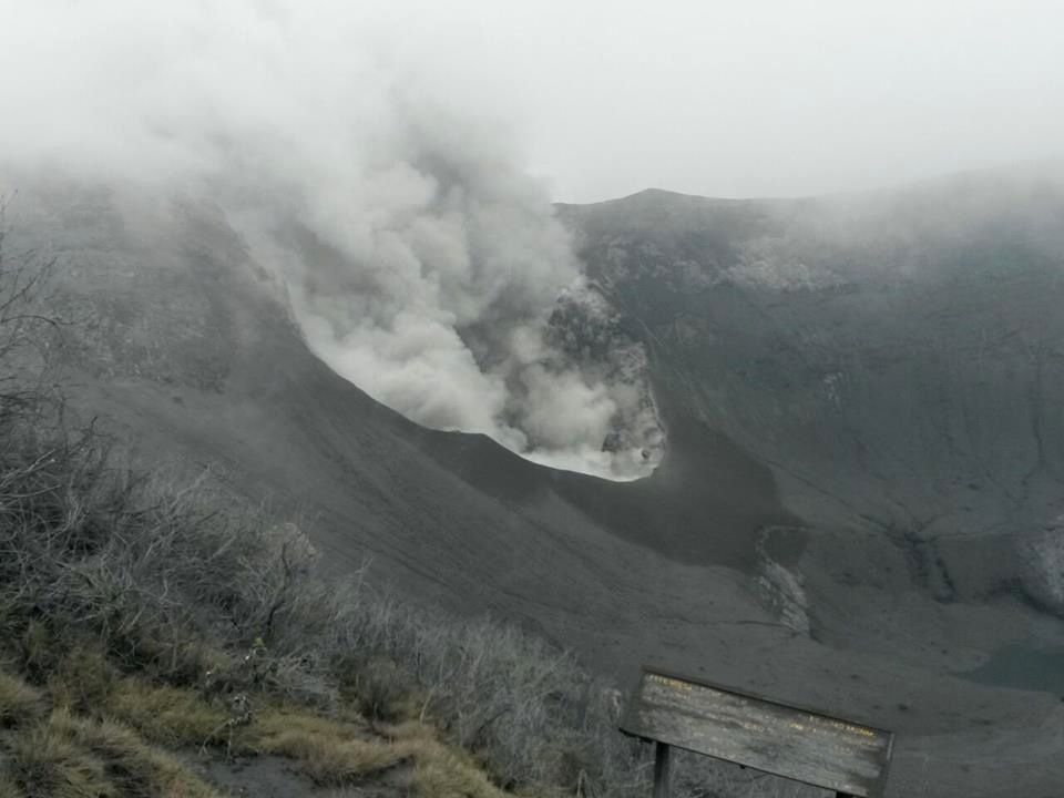 Ash eruptions of the last days cover the entire crater of Turrialba - photo RSN