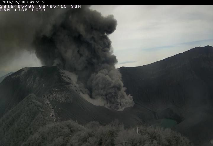 Turrialba - éruption du 08.05.2016 / 8h05 - photo webcam RSN