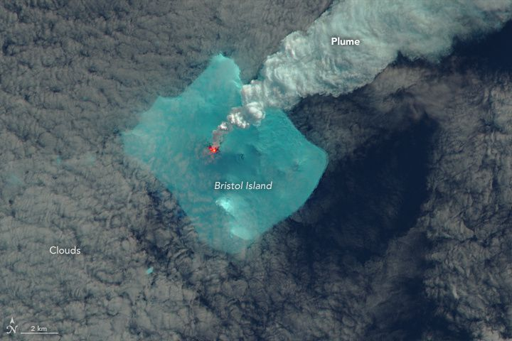 Sourabaya sur Bristol island - photo NasaEO / The Operational Land Imager (OLI) on the Landsat 8 satellite acquired these two false-color images on April 24