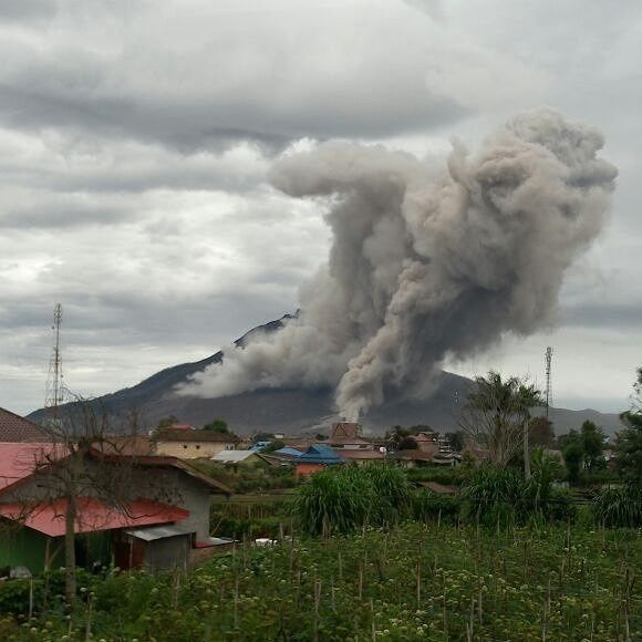 Sinabung - double coulée pyroclastique du 16.05.2016 - photo L.K.Adam / Twitter