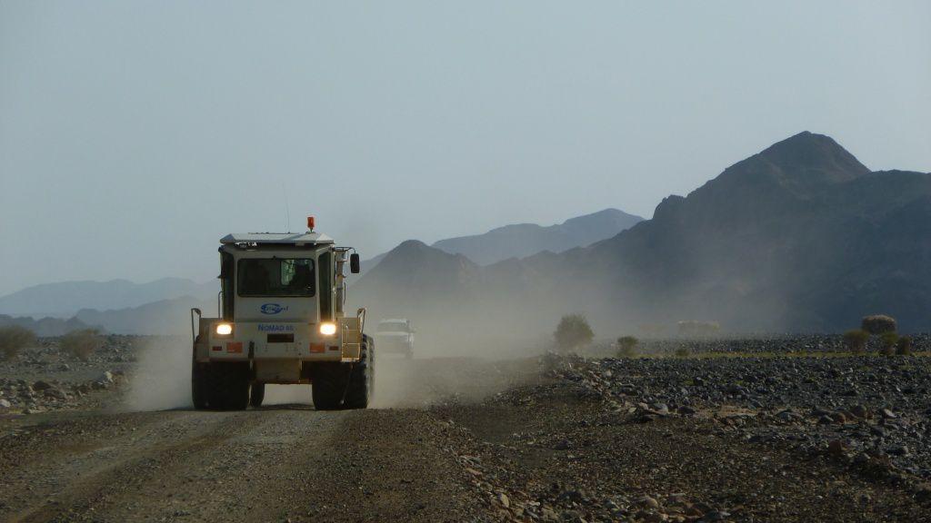 Ouverture de routes pour les engins d'exploitation et Coupe géologique du sous-sol de Dallol avec la zone exploitable  - doc.2010 Allana