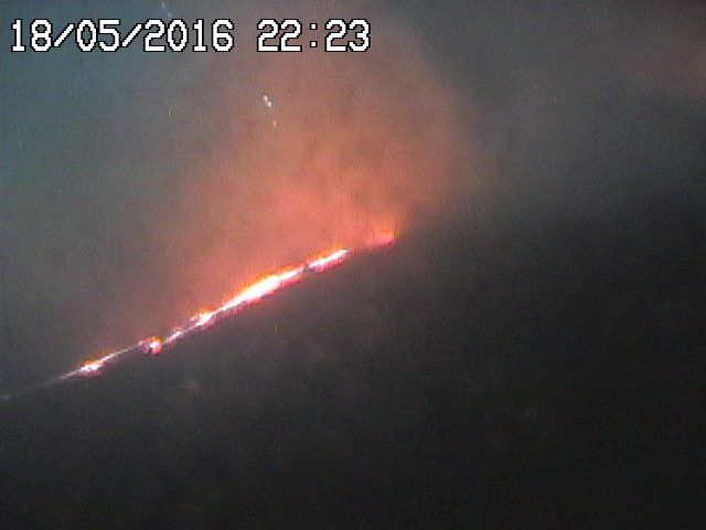 Etna - 18.05.2016 / 10:23 p.m. - lava flow seen by the webcam RadioStudio7 / Bocca Nuova-SEC