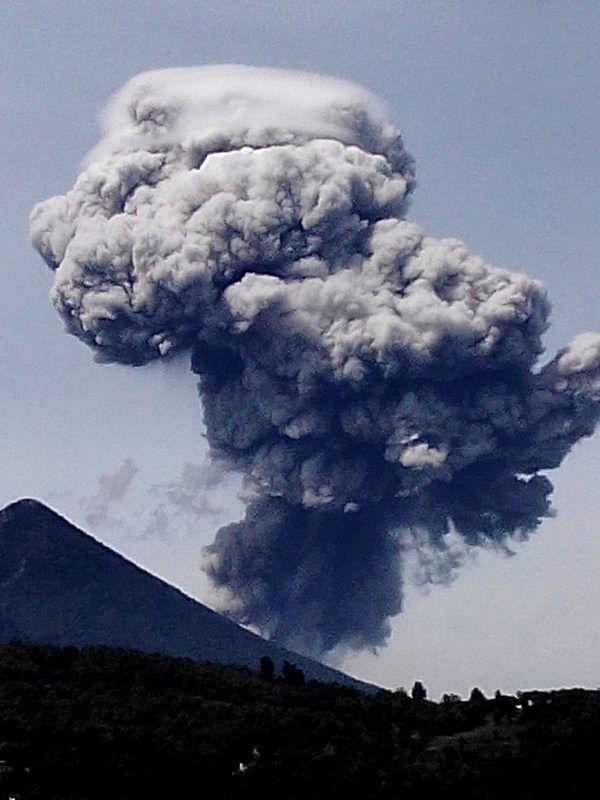 Santiaguito éruption du 19.05.2016 - formation du panache coiffé d'un pileus ( voir aussi à mi-hauteur sur la photo du dessus) - photo Gio11Lopez