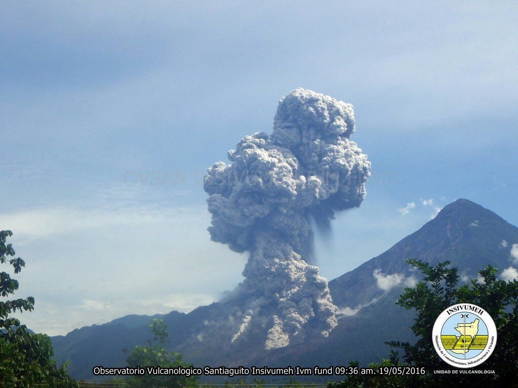 Santiaguito - 05.19.2016 / 9:36 - ash plume and pyroclastic flows - photo INSIVUMEH