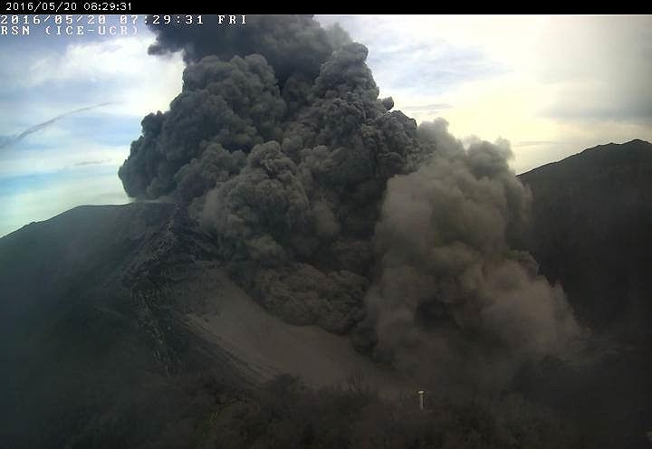 Turrialba - plume and intracrateric pyroclastic flow - 05.20.2016 / 8:29 - NSN webcam